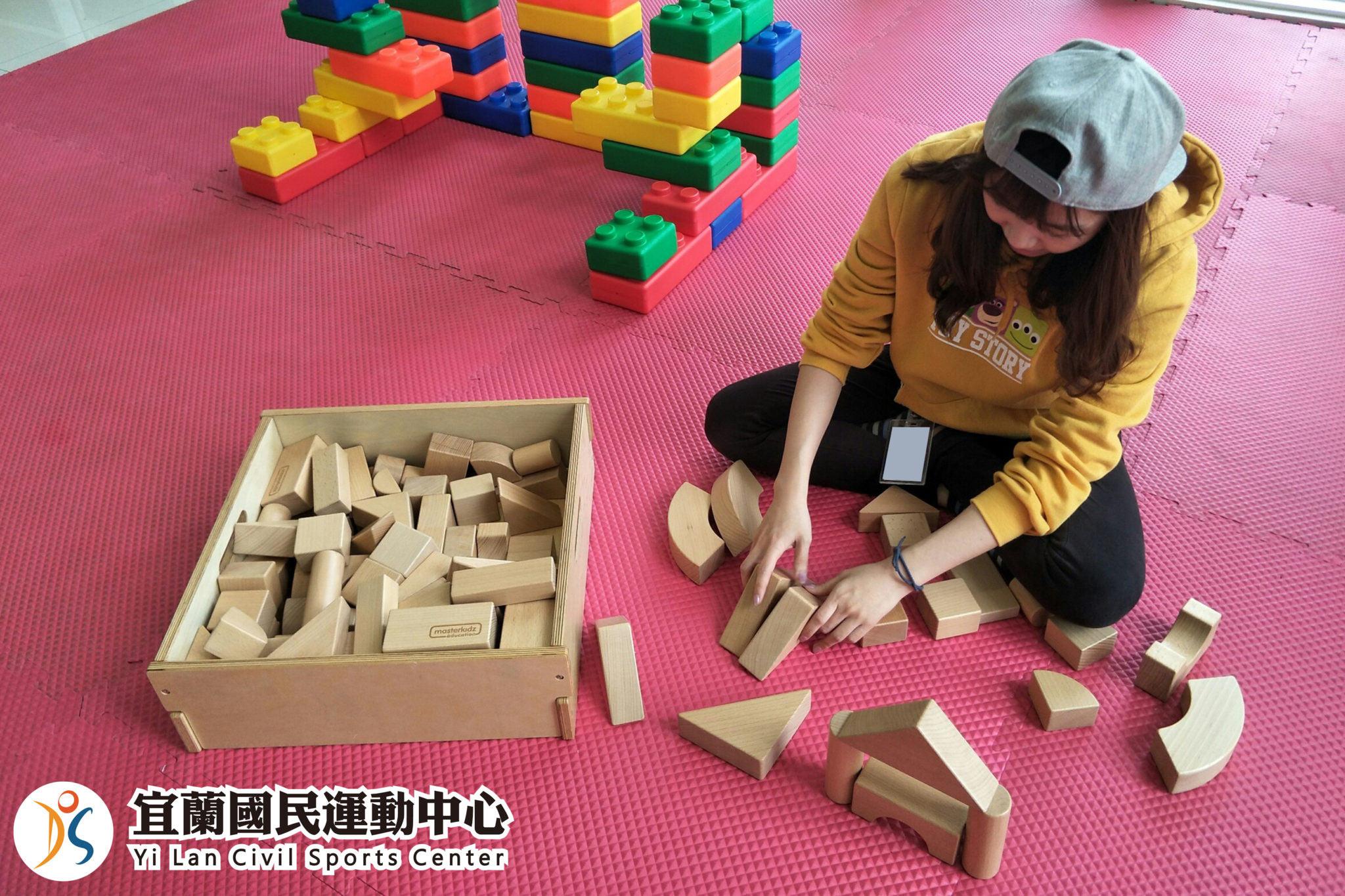 兒童遊戲區-學員玩木製積木(jpg)