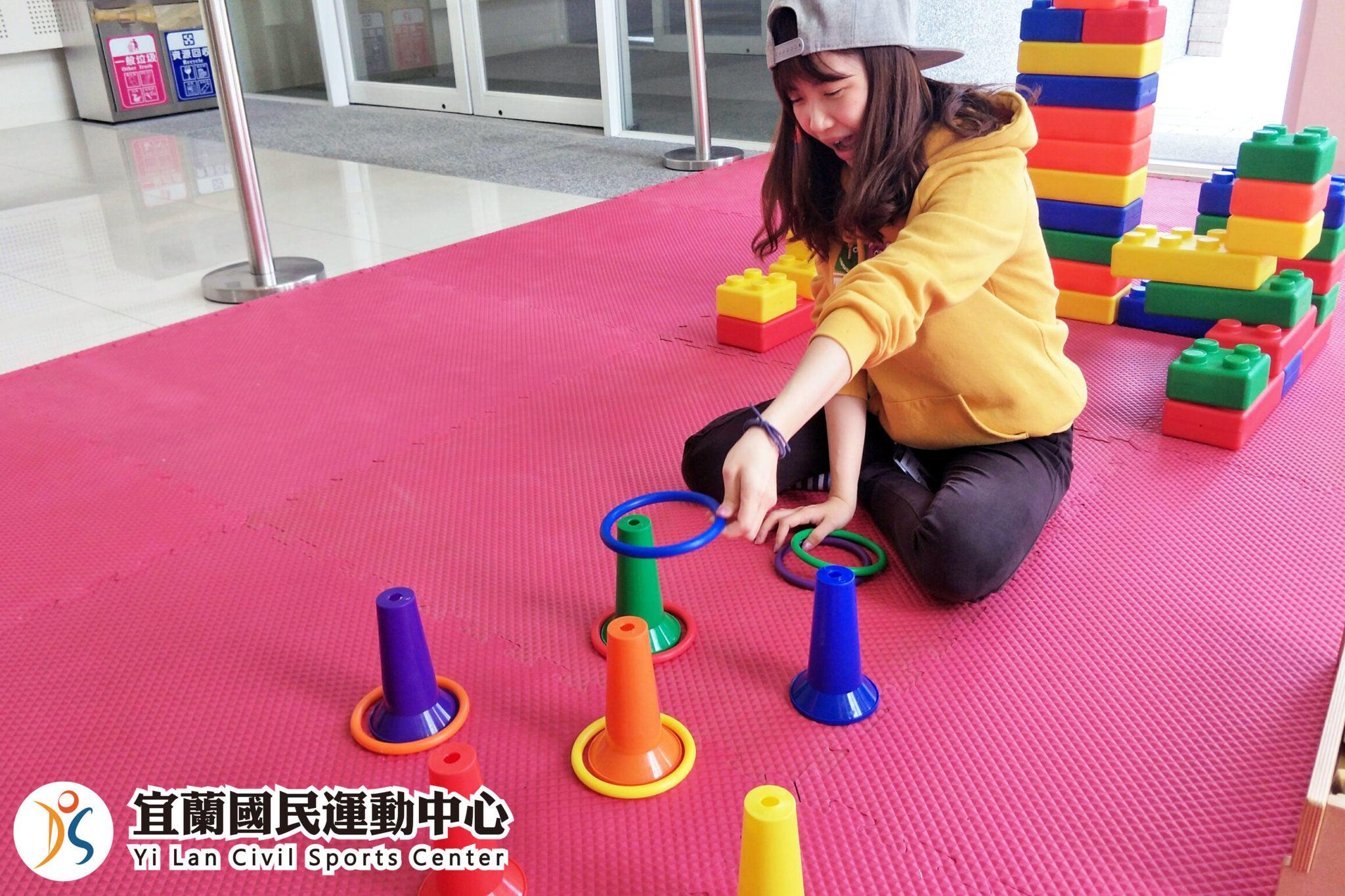 兒童遊戲區-學員玩套圈圈(jpg)