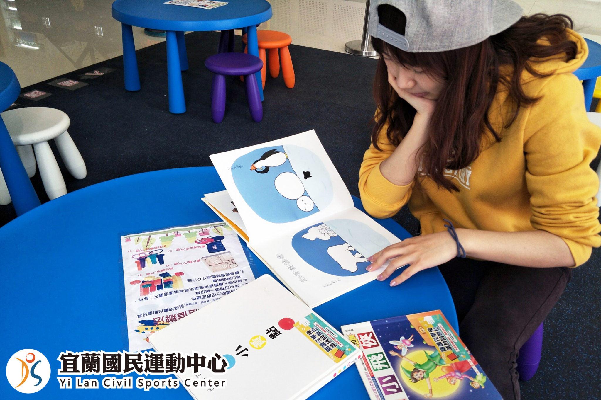 兒童遊戲區-學員閱讀兒同書籍(jpg)