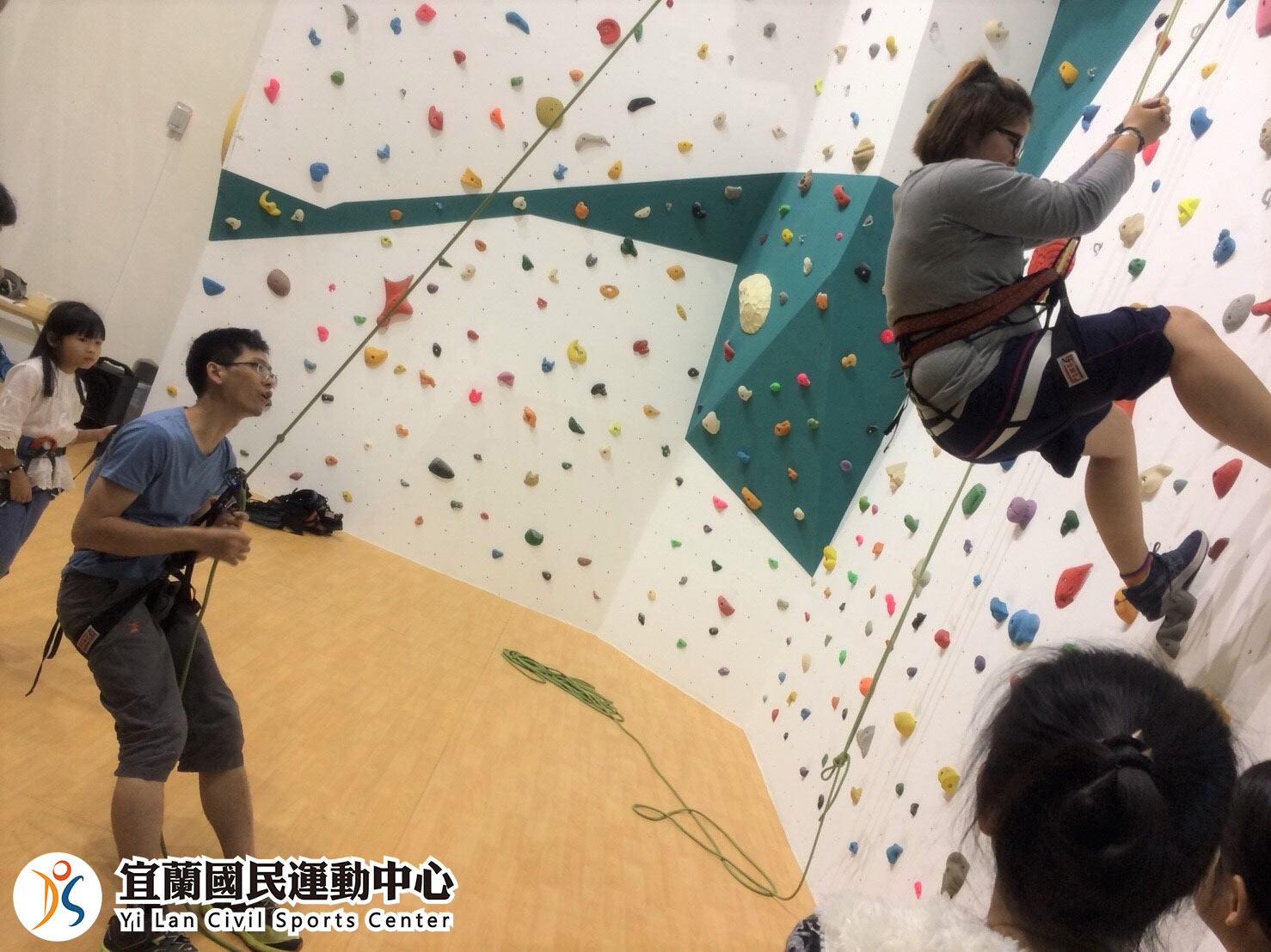 室內攀岩場學員攀爬實景(jpg)